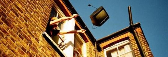 Commette reato il condòmino che getta rifiuti dal balcone sporcando il giardino del vicino.